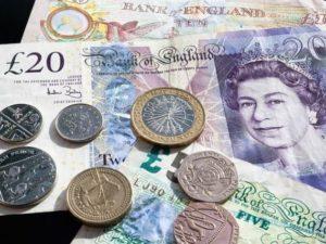 Lirsa sterlină s-a prăbușit în raport cu euro și dolarul după ce Theresa May a cerut amânarea Brexitului, Londonezul - Romani in UK