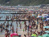 Plajele din Marea Britanie au fost luate cu asalt. Regulile de distanțare socială, complet ignorate