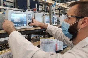 Un student român ajută voluntar la construirea și testarea ventilatoarelor vitale folosite de NHS