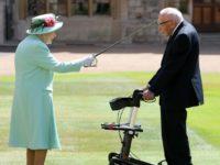 Regina Elizabeth II i-a acordat titlul de cavaler veteranului Tom Moore