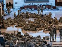Sute de militari ai Gărzii Naționale au fost surprinși miercuri în timp ce dormeau pe podeaua de piatră a Capitoliului american