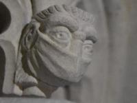 O sculptură cu o mască de protecție va decora altarul uneia dintre cele mai vechi catedrale din Marea Britanie