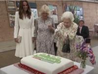 Regina Elisabeta a II-a a insistat să taie un tort cu o sabie