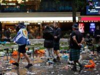 Fanii scoțieni au strâns gunoaiele pe care le-au aruncat în Leicester Square în timpul meciului cu Anglia