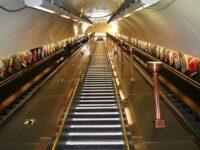 Tot mai mulţi londonezi cad pe scările rulante din metrou, pentru că nu se ţin de teamă să nu se infecteze